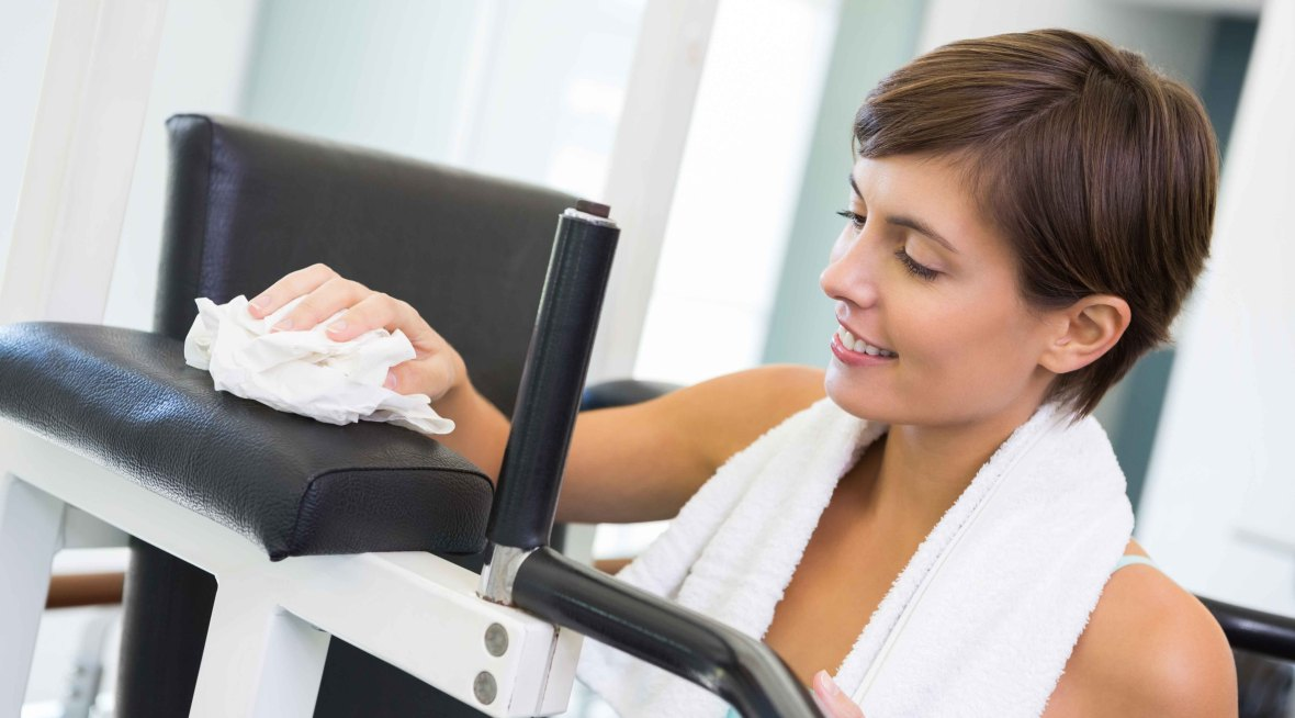 mujer limpiando gym