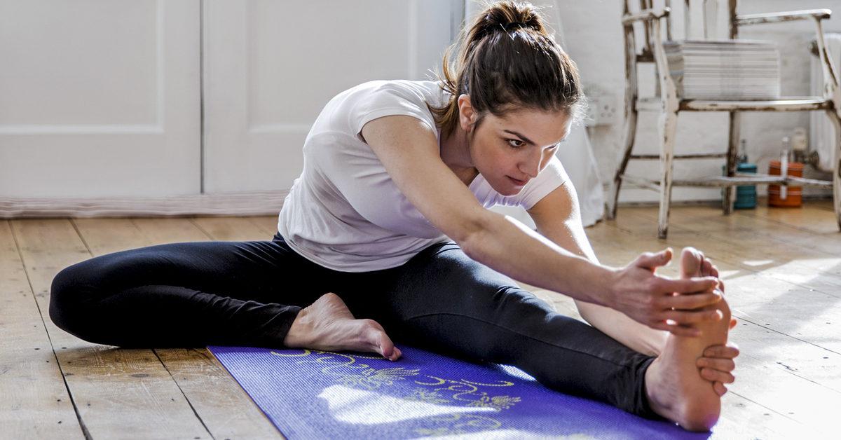 mujer estirando en el piso - ilustrativo